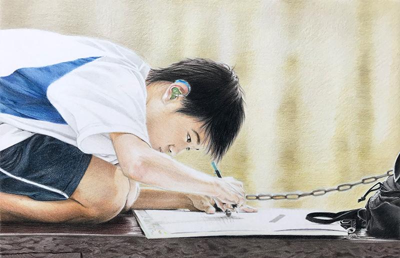 Dessin du garçon au crayon terminé. La peau au crayon de couleur.