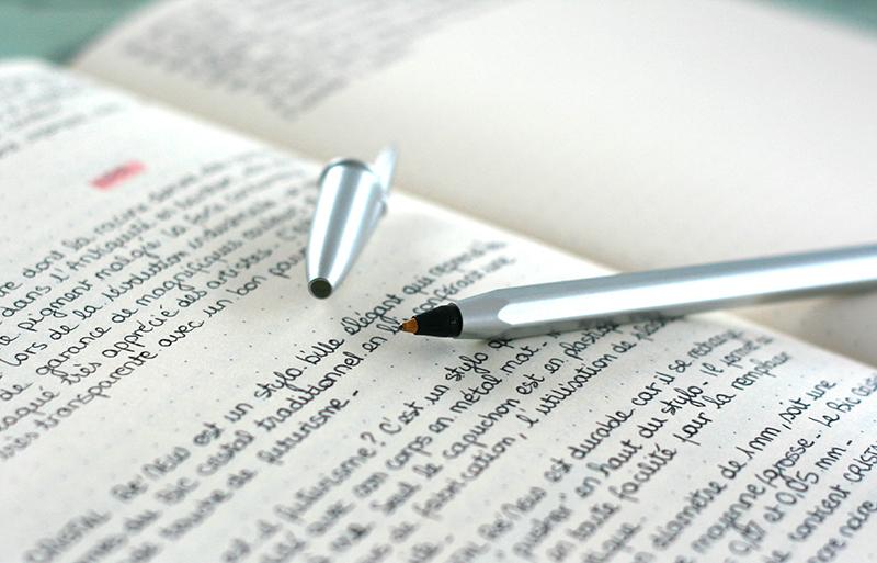 Cahier d'écriture avec le stylo bille Cristal ReNew